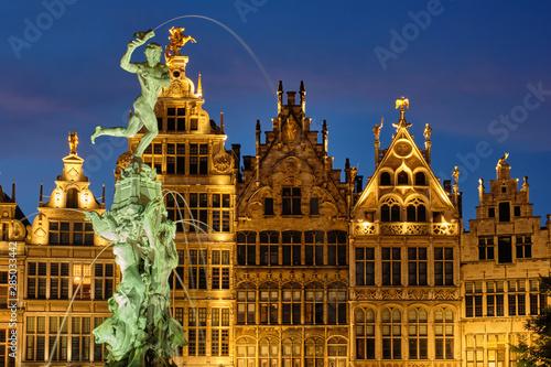 In de dag Antwerpen Antwerp Grote Markt with famous Brabo statue and fountain at night, Belgium