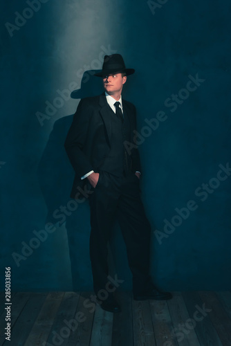 Papel de parede  Retro man in hat wears suit and tie.