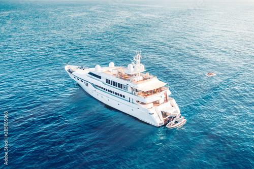 Cuadros en Lienzo  Mega yacht di lusso in mezzo al mare