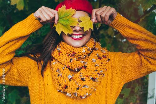 Fotografia  Autumn woman in autumn park