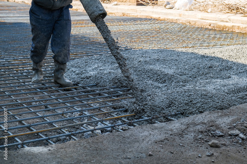 Fotografia  builders poured concrete at the construction site