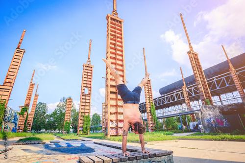 Photo  Scenario urbano con coppia di giovani che fa acroyoga e yoga