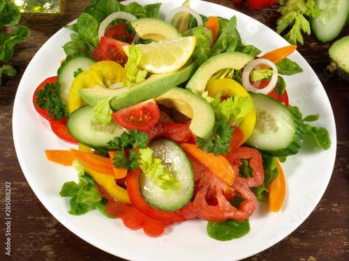 Obraz na plátně  Gemischter Salat mit Avocado