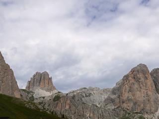 meravigliosa vista delle suggestive cime dolomitiche in estate, tra verde e rocce
