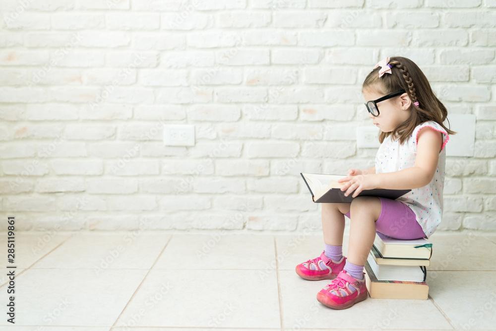 Fotografía  Kid Reading Textbooks At Living Room