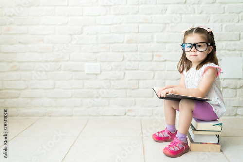 Fotomural  Geeky Little Kid Increasing Her Knowledge With Books