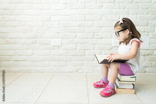 Fotomural Kid Reading Textbooks At Living Room