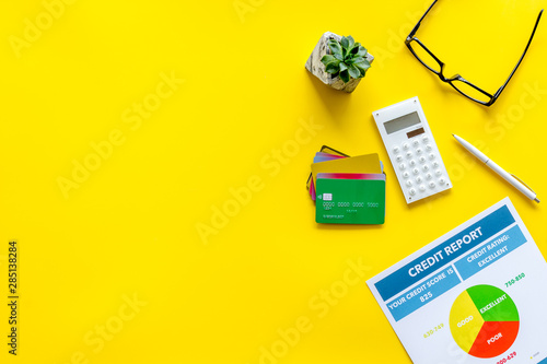 Foto banker office desk with cards, glasses, credit report on yellow background top v