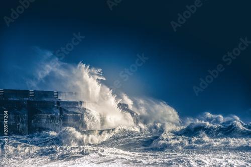 Foto auf Leinwand Schwarz big crashing waves