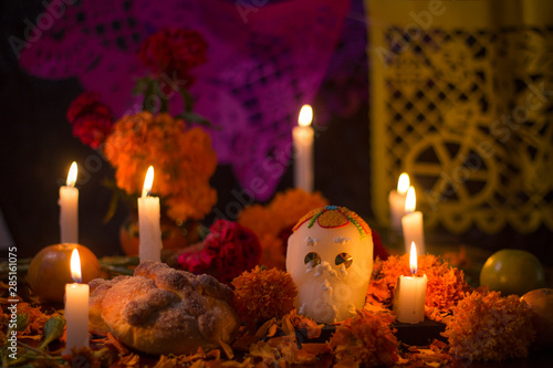 Altar del día de muertos en México con calavera de azúcar, flores y papel picado Fototapete