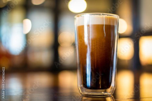 Photo Beautiful texture and layers of Nitro Cold Coffee served in a dubble wall glass close up