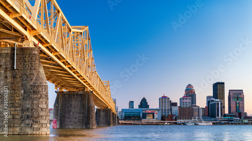 Fototapeta Bridge to Louisville skyline obraz