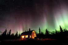 Cabin Under The Dancing Northe...