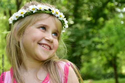 portrait of a little girl with a wreath of daisies on her head, Fototapet