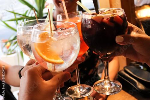 Photo Trinken mit Freunden, Anstoßen