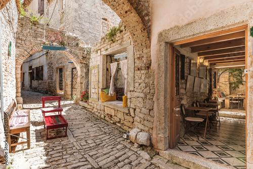 Wąska kamienna ulica w beli, Istria, Chorwacja