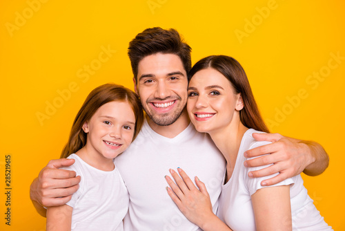 Fotografía  Closeup photo of three family members hugging happy together wear casual outfit