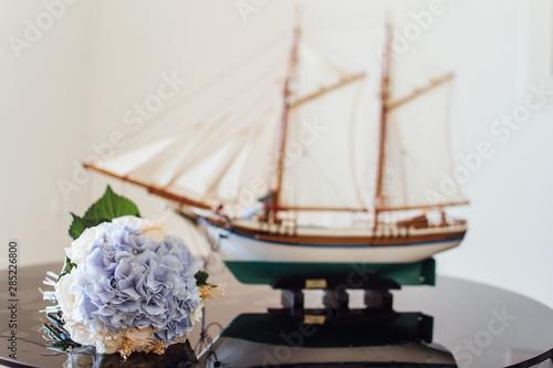 In de dag Schip wedding decor and bridal bouquet