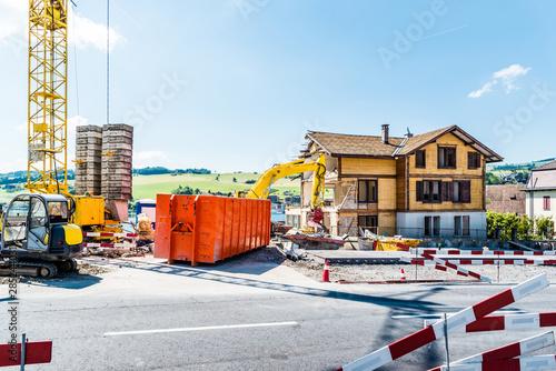 Photo Baustelle, Wohnhaus, Abrissbagger, Kran und Container