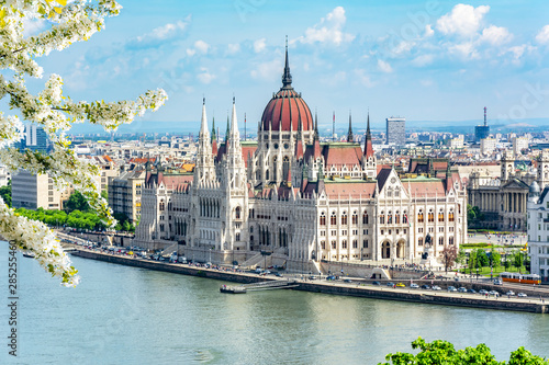 Photo  Hungarian parliament building and Danube river, Budapest, Hungary