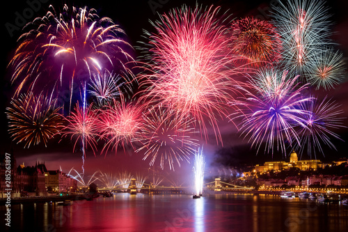 Foto auf Leinwand Budapest Colorful fireworks in Budapest august 20. at night - Buda Castle, Chain bridge, Danube and parliament in the background