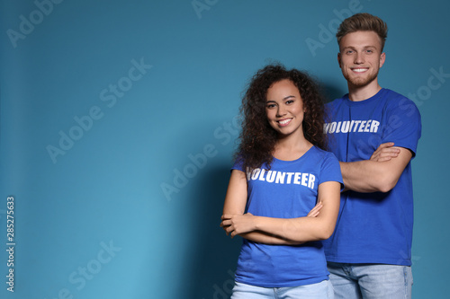 Photo Portrait of volunteers in uniform on blue background