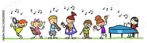 Kinder mit Musikinstrumenten in Musikschule
