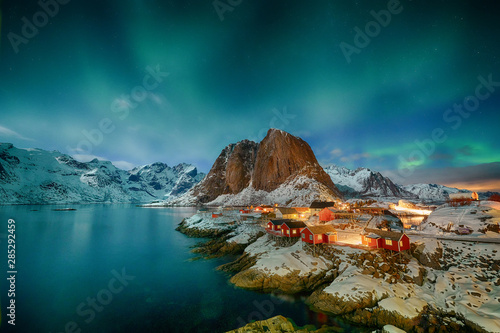 Bleu vert Aurora borealis over Hamnoy in Norway