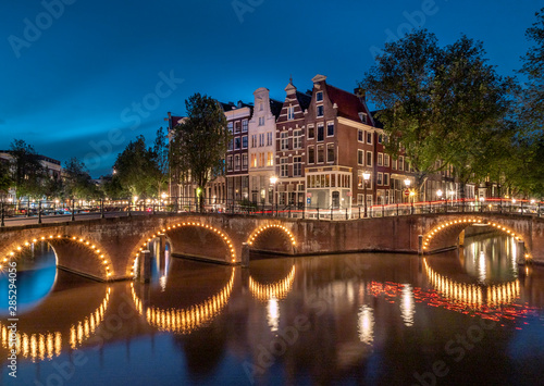 Photo  Keizersgracht and Leidsegracht at Night in Amsterdam, Netherlands