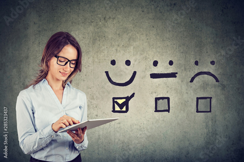 Foto Happy business woman giving excellent rating for online satisfaction survey