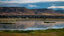 Ciudad Al Pie De Montaña Y Lago