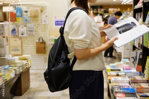 立ち読みをする日本人女性 書店 本屋 雑誌 興味 調べ物 Tableau sur Toile