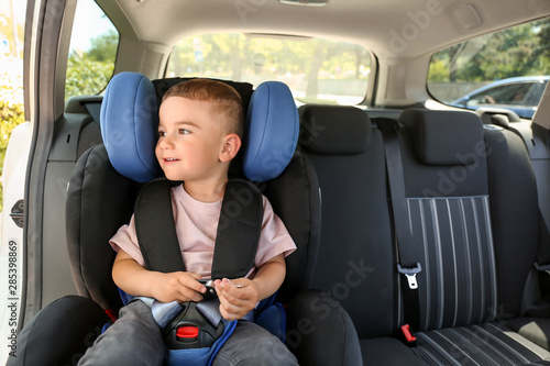 Fotomural Baby boy buckled in car seat