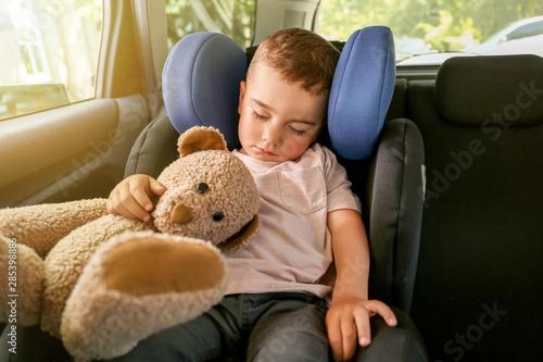 Cuadros en Lienzo  Baby boy sleeping on car safety seat