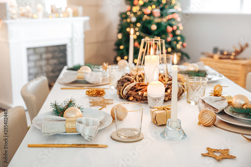 Fotografia  Beautiful table setting with Christmas decorations in living room