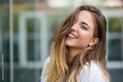Stampa su Tela Young woman looking at camera, stylish shot.
