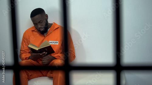 Billede på lærred African-american prisoner reading holy bible, convicted sinner, religion