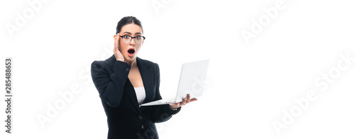 Photo panoramic shot of shocked businesswoman holding laptop while looking at camera i