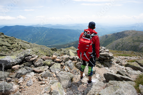 Foto Young sporty and athletic man hiking to summit of Mount Washington in New Hampsh
