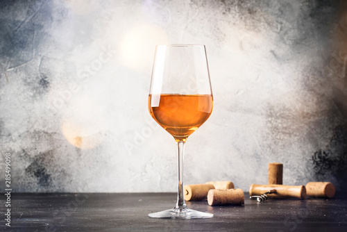 Papiers peints Vin Orange wine in big wine glass, fashionable modern drink, gray counter background, copy space, selective focus