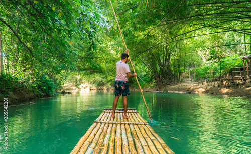 Photographie  Man rowing bamboo raft, Martha Brae