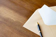 手紙 封筒とボールペン