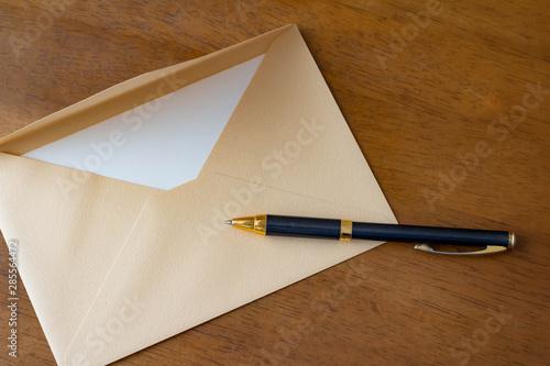 手紙 封筒とボールペン Fotobehang