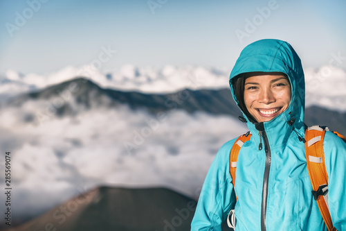 Photo HIke in mountains hiker girl smiling portrait