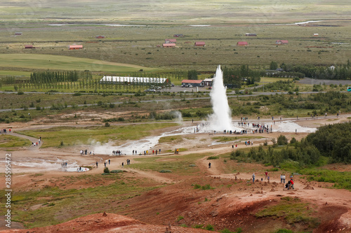 Fototapeta Group of tourists watching the stunning geyser stokkur spraying hot water in Gey