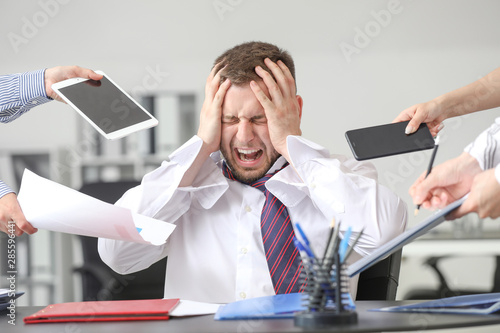 Photo Overworked businessman having panic attack in office
