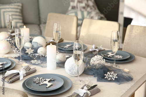 Stampa su Tela  Beautiful table setting with Christmas decorations in living room