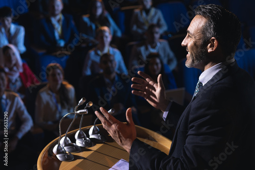 Fotografía  Businessman standing and giving presentation in the auditorium