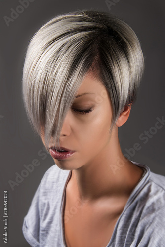 Fotografia Short hair style hair cut grey silver platinum hair color
