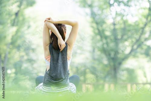 Tablou Canvas 公園でヨガ・ストレッチをする女性
